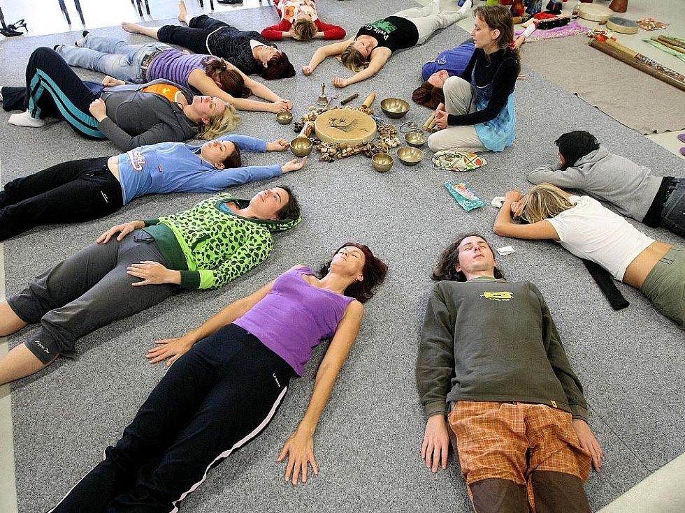 Účastníci si zkoušejí základy techniky moderního, klasického a současného tance ve spojení s afrokubánským folklorem a tradičními tanci – kontrakce, izolace, dýchání, protahování, variace, mix s latinským tancem.