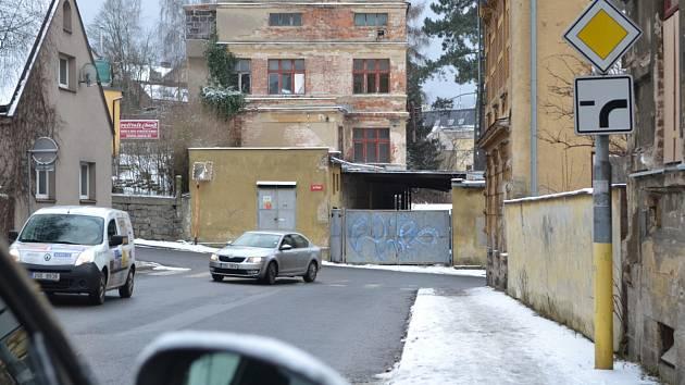 Další ruina v centru Jablonce, která je všem trnem v oku. Zejména lidé bydlící v těsném sousedství upozorňují na individua, která se sem stahují. Město chce bývalý Javoz koupit v dražbě a srovnat se zemí
