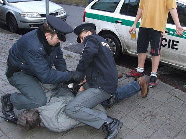 Zadržení pachatele policií. Ilustrační snímek.