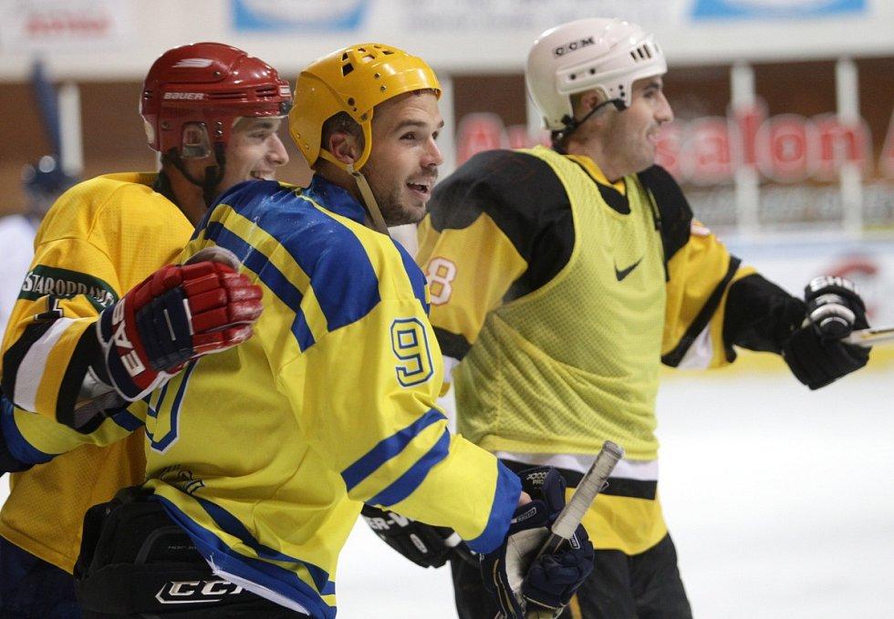 Fotbalisté Baumitu si zahráli hokej. Na snímku zleva Jan Kovařík, Filip Novák a Lukáš Zoubele.