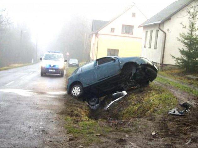 PO NEHODĚ. Zranění utrpěla řidička i spolujezdec. Mikrospánek řidičky stál za dopravní nehodou, ke které došlo v pondělí ráno na silnici vedoucí z Frýdštejna do Jablonce.