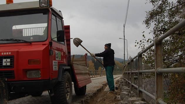 Pracovníci Technických služeb Jablonce nyní rozkrývají povrch hráze, aby mohli  vložit kabely pod její povrch.