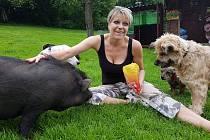 Dagmar Kubištová, předsedkyně Ligy na ochranu zvířat ČR a provozovatelka útulku pro opuštěná zvířata v Lučanech nad Nisou. V Dášence našlo azyl i nalezené prase.