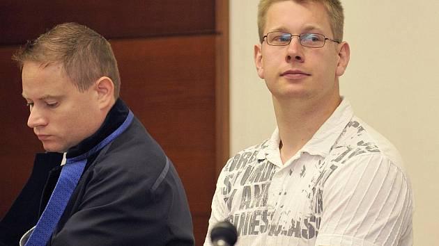 Petr Bukvic (v bílém) u soudu.