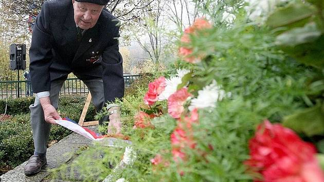 U památníku obětem první světové války v jabloneckých Tyršových sadech se sešli občané k připomenutí 90. výročí vzniku samostatného československého státu.