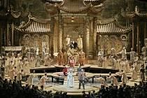 Opera má v podání MET velkolepou výpravu.