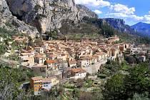Městečko Moustiers-Sainte-Marie v Provence