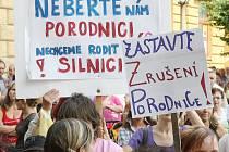 Proti ukončení provozu porodnice ve Frýdlantu, která má vemi dobrou pověst a rodit sem chodí ženy nejen z Frýdlantska, ale i ze vzdálenějších míst, protestovaly před frýdlantskou radnicí stovky žen, matek, budoucích rodiček, děti a jejich muži.