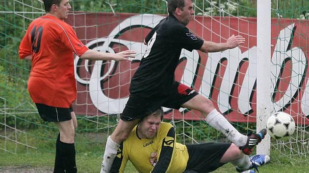 Lučany doma porazily Plavy (v oranžovém) 1:0 a stále drží naději na záchranu.