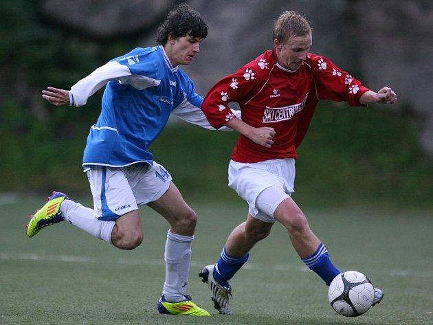 Desná remizovala s Jabloncem nad Jizerou (v červeném) 1:1. Hosté navíc neproměnili penaltu a Desná dohrála v devíti.
