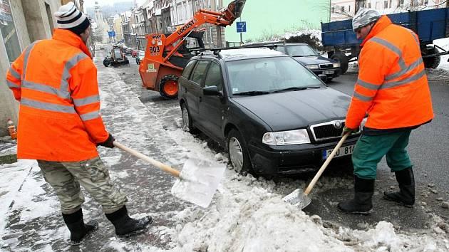 Sníh z chodníků nejen v Podhorské ulici v Jablonci nad Nisou (na snímku) odvážejí pracovníci Technických služeb města Jablonce.