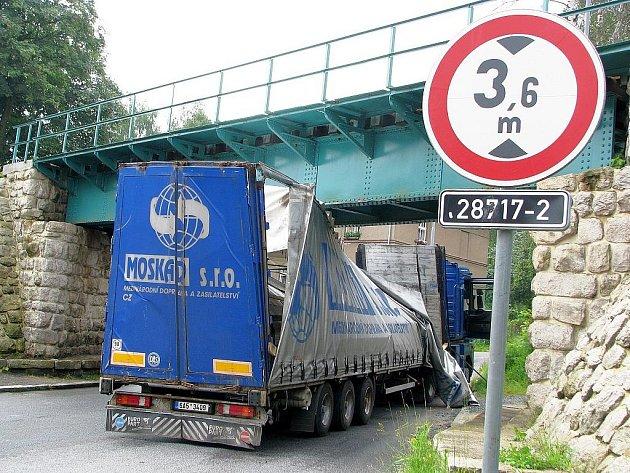 Ke kuriózní dopravní nehodě došlo v pátek ráno v jablonecké ulici Slovenského národního povstání.