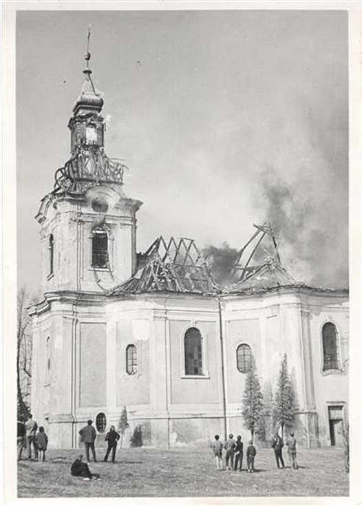 Požár kostela svatého archanděla Michaela ve Smržovce vypukl 17. dubna 1967.