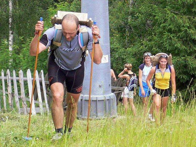 Na vrchol Špičáku musí závodníci společně se závažím.