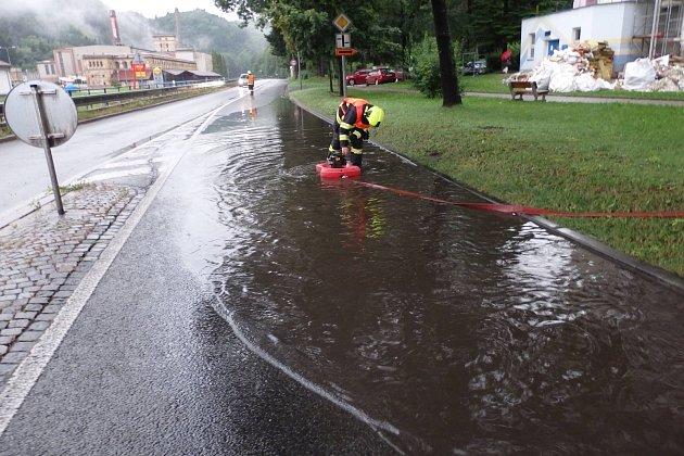 Dobrovolní hasiči ze Železného Brodu vpátek večer vyjížděli do ulice Vaněčkova kčištění propustku na I/10. Kousek od Normy byla na silnici již velká kaluž a místo bylo nebezpečné pro sjízdnost.