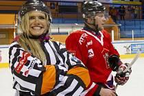 Biatlonisté na ledě a Gábina Soukalová jako hokejová rozhodčí...