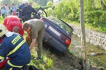 Opel Vectra skončil s tříčlennou posádkou na břehu řeky v Rychnově . Řidič měl více jak tři promile alkoholu v krvi.