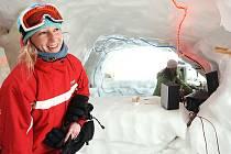 """V Příchovicích na Jablonecku, přímo vedle vleku """"U Čápa"""",  postavili ze sněhu a ledu bar, který je dlouhý asi deset metrů."""