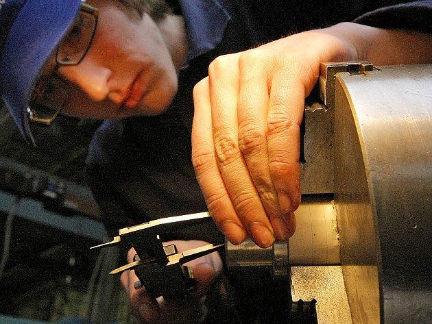 Frézování, soustružení a programování CNC strojů. Ilustrační snímek.