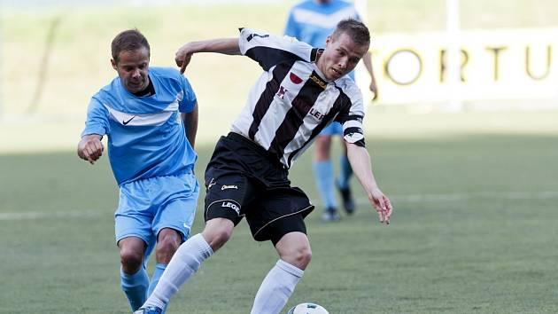 Poslední utkání krajského přeboru odehráli fotbalisté Desné s týmem Semil (v pruhovaném) a prohráli těsně 2:3.