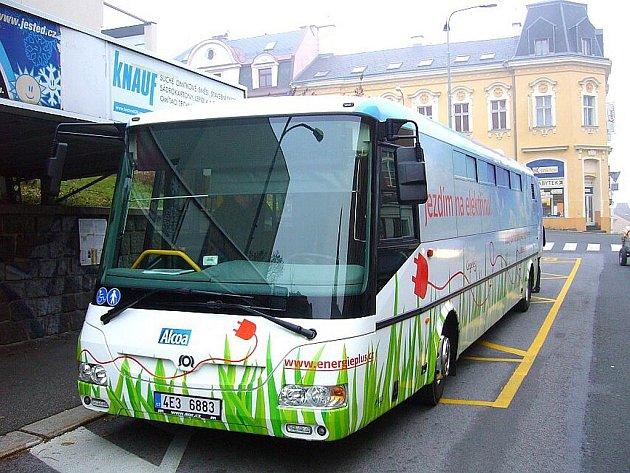 ZATÍM TU JE JEN NA ZKOUŠKU. Městský nízkopodlažní elektrobus SOR EBN 10,5 je určen na kratší vzdálenosti. S jabloneckým terénem má ale někdy starosti.