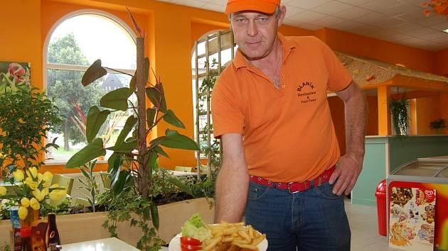 Majitel nového FastFoodu v Lučanech Klaas Feiken, který pochází z Holandska, ukazuje místní specialitu – Frikandelo.