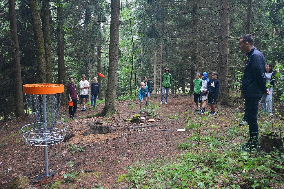 V areálu Srnčího dolu v Jablonci vzniklo devítijamkové discgolfové hřiště pro zhruba 45 hráčů.