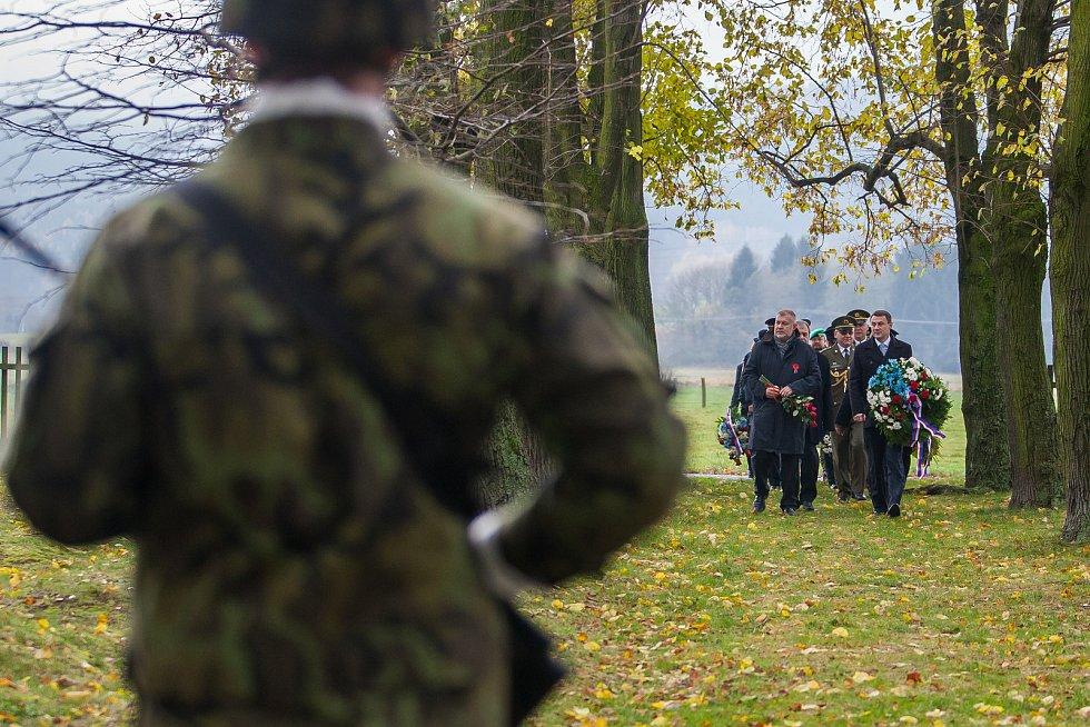 Na snímku zprava je Martin Půta a Dan Ramzer při pietním aktu na vojenském hřbitově zajateckého tábora v Ostašově.