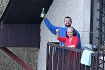 Ve Skuhrově probíhá každý večer akce Na zdraví. Lidé prostě ve stejný čas jen vyjdou na balkóny nebo před dům a společně si popřejí a symbolicky připijí na zdraví.