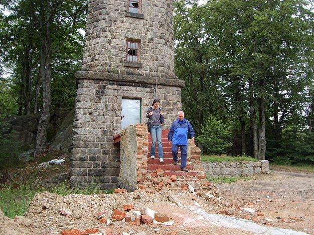 Žulová stavba přežívá nepřízeň počasí, ale útoky vandalů se na ní podepsaly. Dnes, po 75 letech od jejího postavení, už není co slavit.