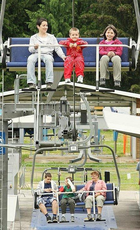 V sobotu 27. června úderem desáté hodiny se poprvé v letošní letní sezoně rozjela lanová dráha na Tanvaldský Špičák.