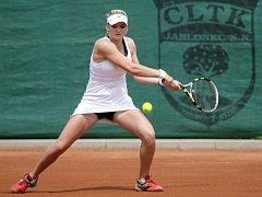 Mezinárodní tenisový turnaj žen Jablonec Open 2012 pokračoval v pátek čtvrtfinálovými zápasy dvouhry a semifinále čtyřhry. Na snímku Tereza Martincová z České republiky.