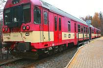 Desná – Riedlova vila. Pokud na zastávku přijede delší souprava, zůstávají dveře posledního vagónu zavřené. Vlak může ale popojet, když strojvedoucí dostane signál, že chce vystupovat vozíčkář. ČD dnes nabízejí bezbariérové vstupy v posledních vagonech.