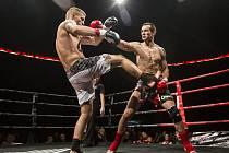 Jiří Havránek (v červených rukavicích) a Adam Audy z Pardubic při utkání bojového galavečera Night of Warriors
