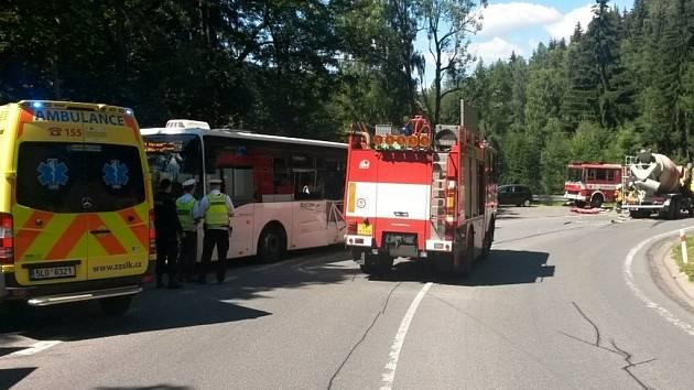 K vážné dopravní nehodě nákladního automobilu a autobusu došlo dnes krátce před půl druhou na silnici I/10 mezi Kořenovem a Tanvaldem.