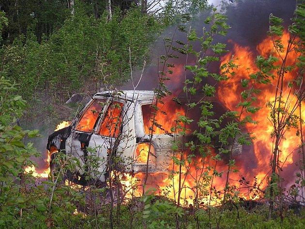 Na Proseč ke kynologickému cvičišti vyjížděli v úterý ráno zasahovat jablonečtí profesionální hasiči. V lesním porostu tu hořel úmyslně zapálený vůz Škoda Felicia.