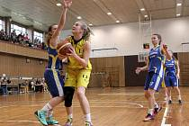 Basketbalistky Bižuterie Jablonec (ve žlutém) vstoupily do play-off s Kyjovem vítězně.