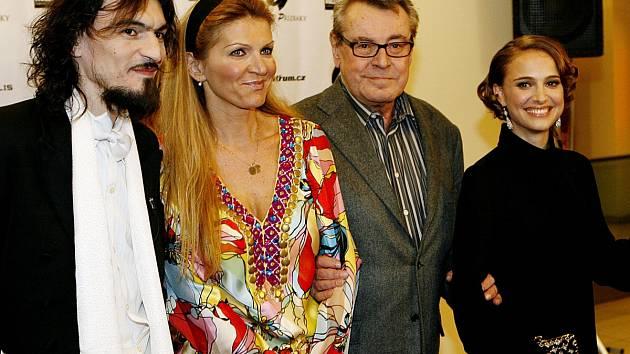Varhan Orchestrovič Bauer (úplně vlevo) spolupracoval na hudbě k filmu Miloše Formana Goyovy přízraky. Na slavnostní premiéře v Praze se tehdy představil po boku jak samotného režiséra a jeho manželky, tak herečky Natalie Portmanové.