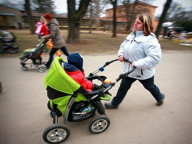 Aktivní maminky s kočárky.