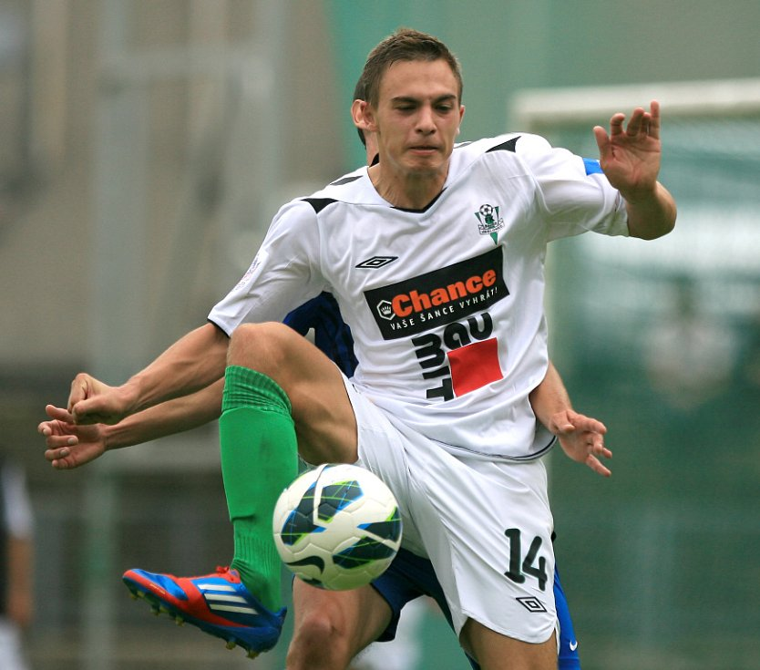 Derby juniorek vyhrál Jablonec (v bílém). Na snímku Václav Helm z Jablonce.