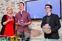 Zleva Šimon Vozka a jeho dekorativní set Bubbles a Jakub Mendel s vázou Stratis