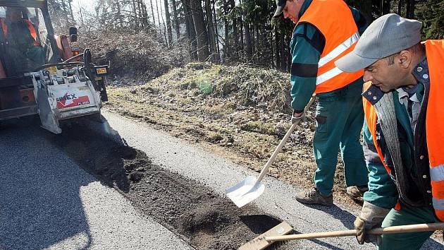 Pracovníci Technických služeb v Jablonci nad Nisou začali opravovat povrch vozovek zničený uplynulou zimou.