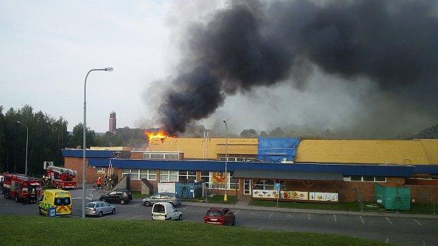 Ve středu ráno začala hořet střecha bazénu.