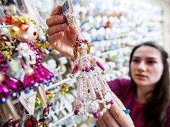 VÝROBA PERLIČKOVÝCH VÁNOČNÍCH OZDOB v Poniklé na Semilsku. Firma Rautis by si zapsání do seznamu UNESCO nesmírně považoval. Výroba ozdob je unikátní na celém světě.
