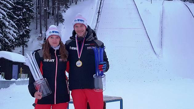 Vítězka Barbora Blažková z Desné a Roman Koudelka, vítěz kategorie mužů zářili na MR v Harrachově. A Barbora se nyní připravuje na Mistrovství světa juniorů v Americe.