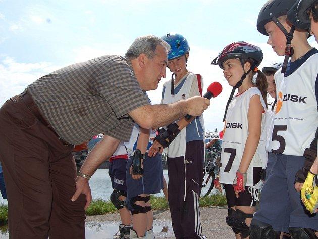 Starosta Petr Tulpa závodníky vyzpovídal. Ptal se jich, jestli jsou důležité chrániče nebo jestli by sám mohl závodit.