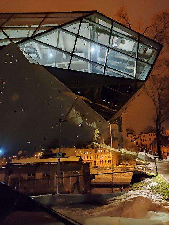 Přístavba ve tvaru skleněného broušeného krystalu Muzea skla a bižuterie vJablonci nad Nisou.
