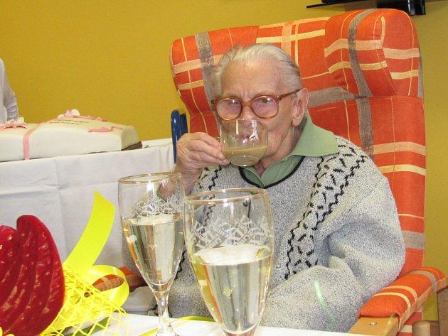 Boženě Bradnové v pátek ke stojedničce přišla popřát celá řada gratulantů.
