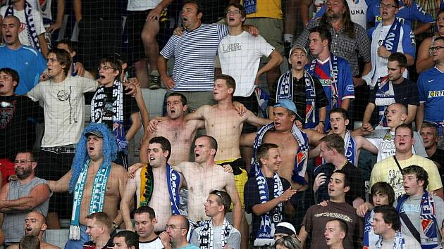 V pondělí se na trávníku Střelnice v Jablonci nad Nisou utkaly dosud neporažené týmy FK Baumit Jablonec nad Nisou a FC Baník Ostrava. Jablonec zvítězil 2:1. Fanoušci Baníku.