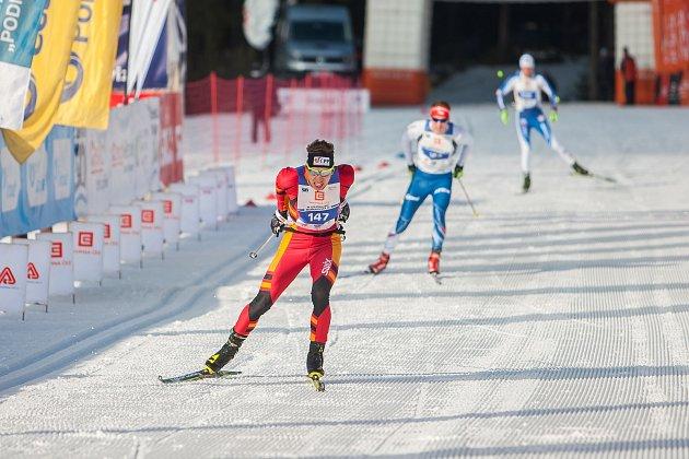 Závod v klasickém lyžování, Volkswagen Bedřichovská 30, odstartoval 16. února v Bedřichově na Jablonecku Jizerskou padesátku. Hlavní závod zařazený do seriálu dálkových běhů Ski Classics se pojede 18. února 2018. Na vlevo je Jakub Gräf.